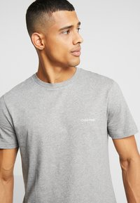Calvin Klein - CHEST LOGO - T-shirt - bas - mid grey heather - 3