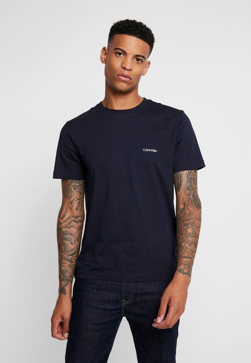 Calvin Klein - CHEST LOGO - Basic T-shirt - calvin navy