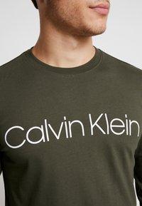 Calvin Klein - LOGO LONG SLEEVE  - Pitkähihainen paita - green - 5