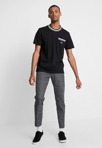 Calvin Klein - VINTAGE BADGE RINGER - Jednoduché triko - black - 1