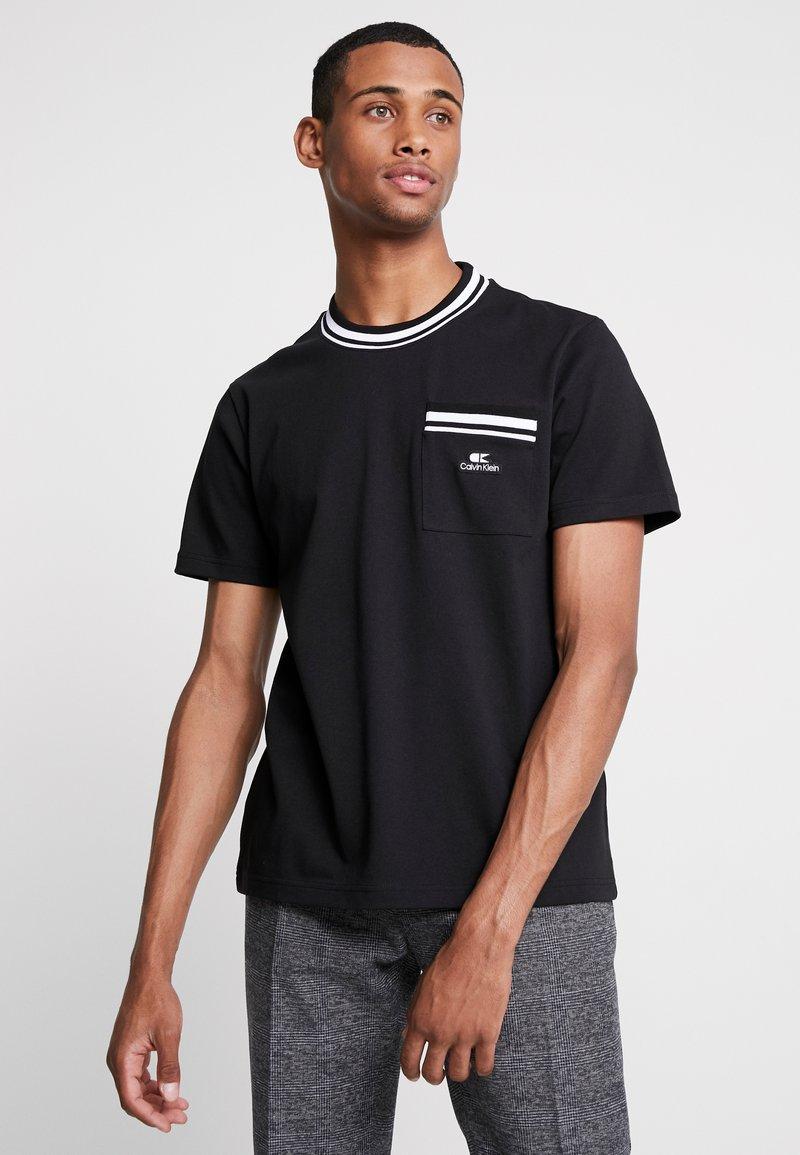 Calvin Klein - VINTAGE BADGE RINGER - Jednoduché triko - black