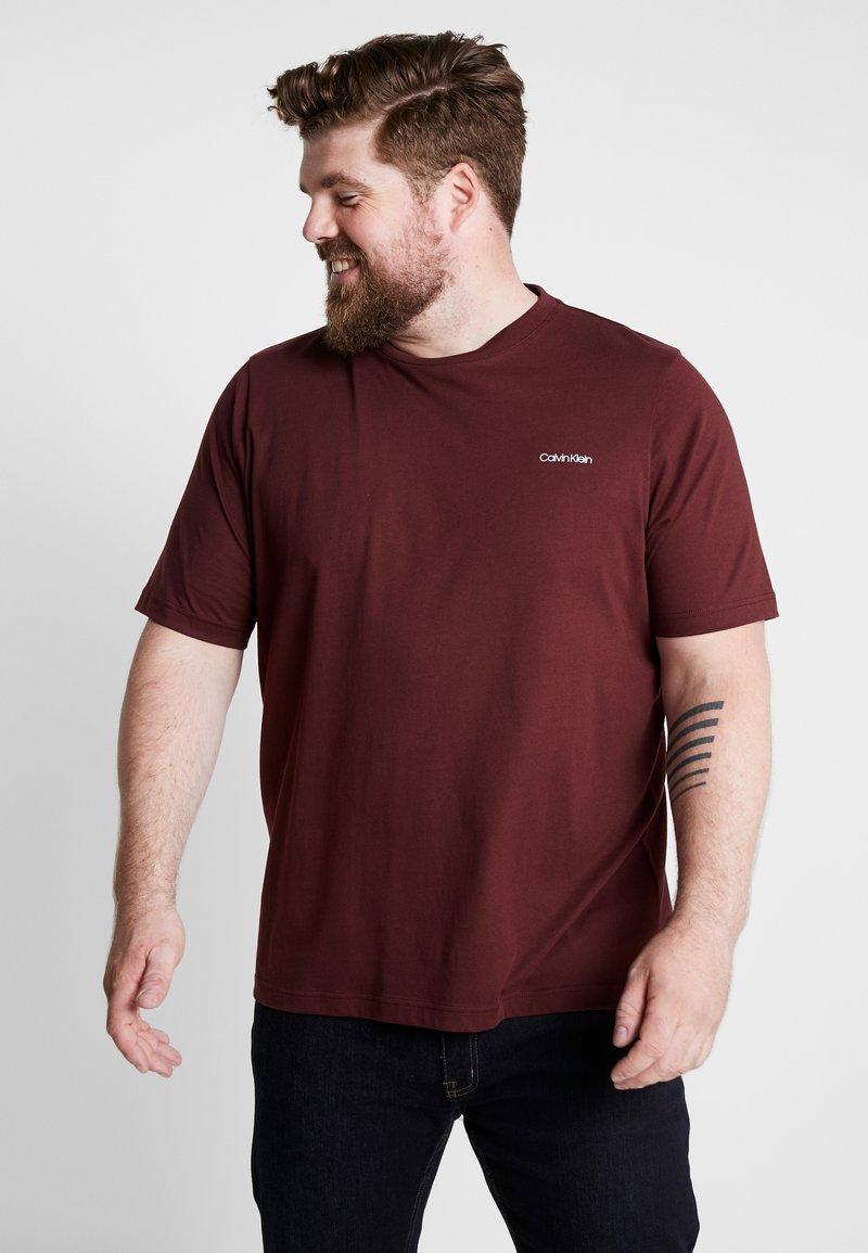Calvin Klein - CHEST LOGO - Jednoduché triko - red