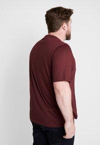 Calvin Klein - CHEST LOGO - Jednoduché triko - red - 2