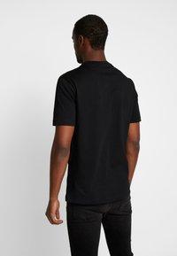 Calvin Klein - FRONT STRIPE LOGO - T-shirt z nadrukiem - black - 2