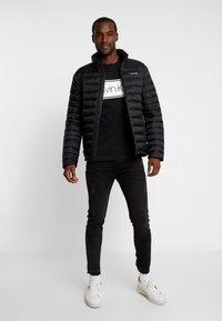 Calvin Klein - FRONT STRIPE LOGO - T-shirt z nadrukiem - black - 1