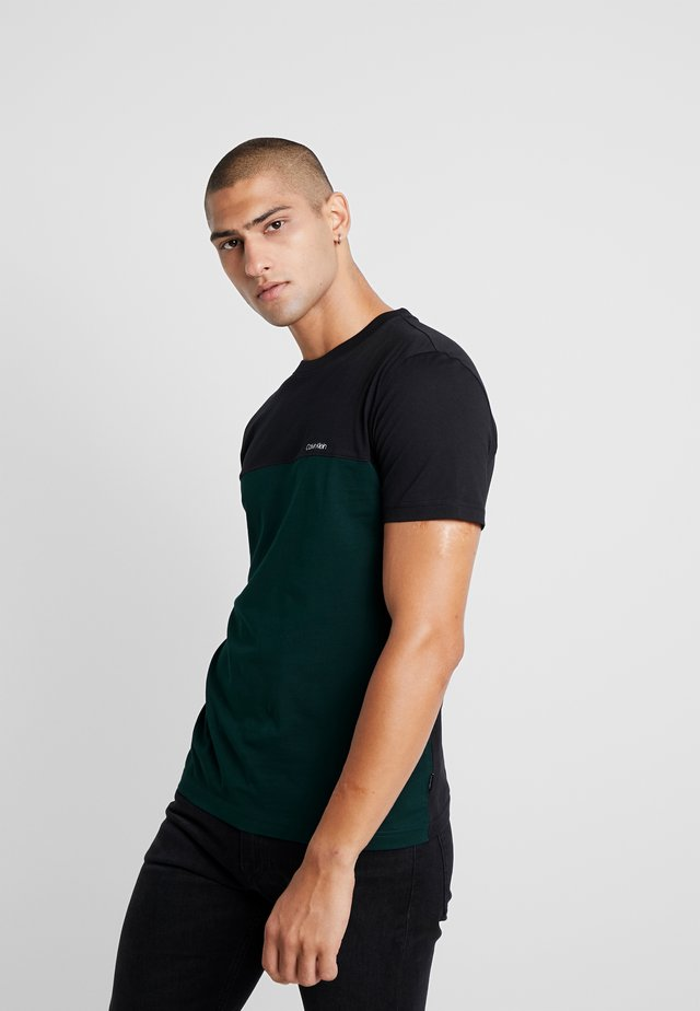 COLOR BLOCK  - T-shirt med print - green