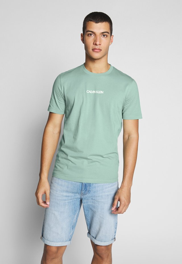 SHADOW LOGO  - T-shirt med print - green