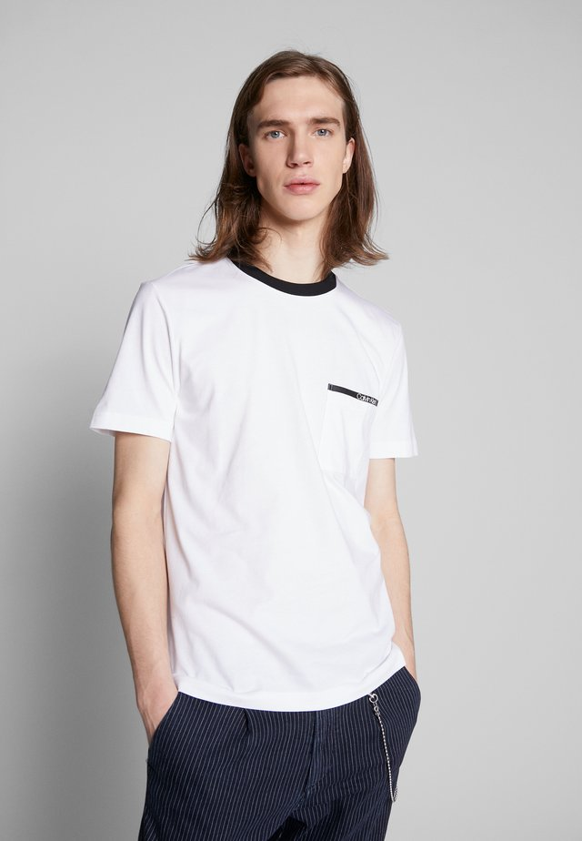 CONTRAST COLLAR POCKET - T-shirt imprimé - white