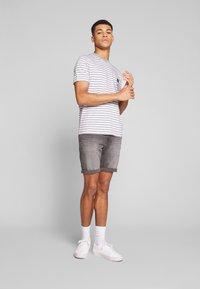 Calvin Klein - STRIPE CHEST LOGO  - Triko spotiskem - white/grey - 1