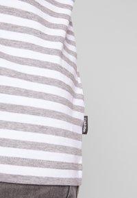 Calvin Klein - STRIPE CHEST LOGO  - Triko spotiskem - white/grey - 5