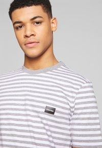 Calvin Klein - STRIPE CHEST LOGO  - T-shirt z nadrukiem - white/grey - 3