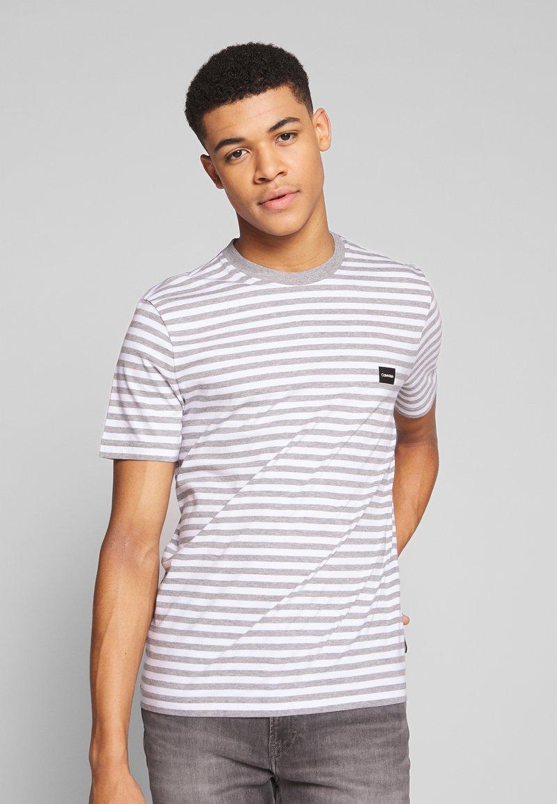 Calvin Klein - STRIPE CHEST LOGO  - T-shirt z nadrukiem - white/grey