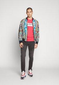 Calvin Klein - STRIPE LOGO - T-shirt print - red - 1