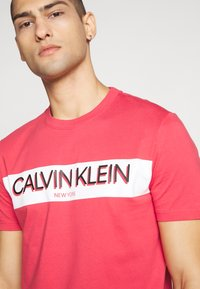 Calvin Klein - STRIPE LOGO - T-shirt print - red - 5