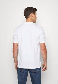 Calvin Klein - PRIDE - T-shirt con stampa - white - 2