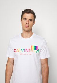 Calvin Klein - PRIDE - T-shirt con stampa - white - 3