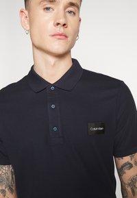 Calvin Klein - REFINED LOGO BADGE  - Poloshirt - blue - 4