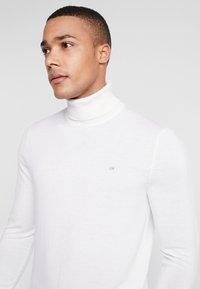 Calvin Klein Tailored - SUPERIOR TURTLE NECK - Svetr - white - 4
