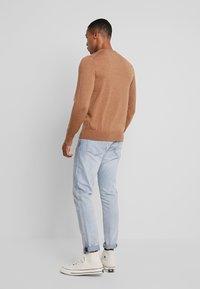 Calvin Klein Tailored - SUPERIOR CREW NECK  - Stickad tröja - gold - 2