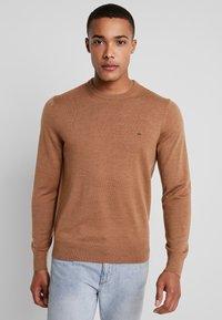 Calvin Klein Tailored - SUPERIOR CREW NECK  - Stickad tröja - gold - 0