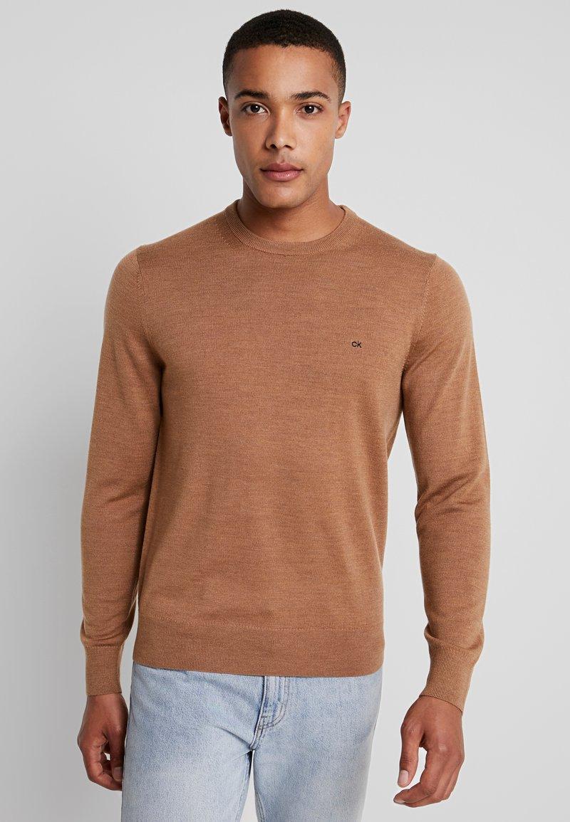 Calvin Klein Tailored - SUPERIOR CREW NECK  - Stickad tröja - gold