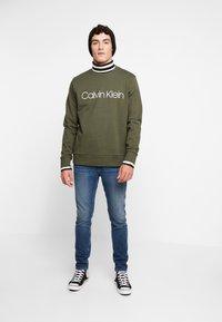 Calvin Klein - LOGO - Felpa - green - 1