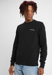 Calvin Klein - CHEST EMBROIDERY - Collegepaita - black - 0