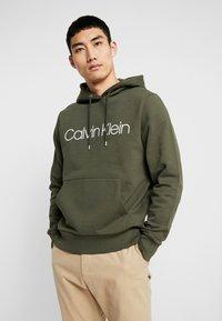 Calvin Klein - LOGO HOODIE - Sweat à capuche - green - 0