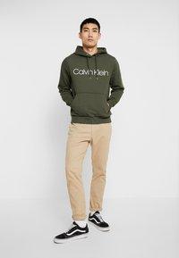 Calvin Klein - LOGO HOODIE - Sweat à capuche - green - 1