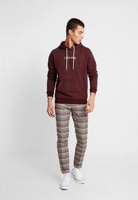 Calvin Klein - FRONT LOGO TIPPING HOODIE - Hoodie - red - 1