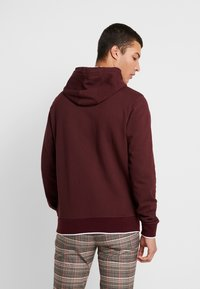 Calvin Klein - FRONT LOGO TIPPING HOODIE - Hoodie - red - 2