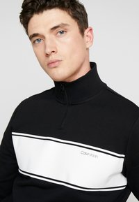 Calvin Klein - COLOR BLOCK LOGO ZIP MOCK - Bluza rozpinana - black - 4