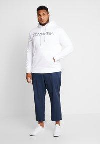 Calvin Klein - LOGO HOODIE - Mikina skapucí - white - 1