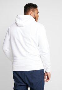Calvin Klein - LOGO HOODIE - Mikina skapucí - white - 2