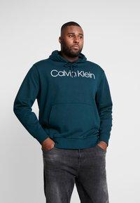 Calvin Klein - LOGO HOODIE - Hoodie - green - 0