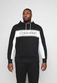 Calvin Klein - LOGO STRIPE HOODIE - Sweat à capuche - black - 0