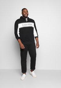 Calvin Klein - LOGO STRIPE HOODIE - Sweat à capuche - black - 1