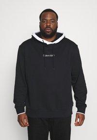 Calvin Klein - SMALL LOGO TIPPING HOODIE - Hoodie - black - 0