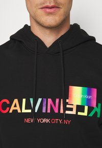 Calvin Klein - PRIDE LOGO HOODIE - Felpa con cappuccio - black - 4