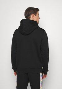 Calvin Klein - PRIDE LOGO HOODIE - Felpa con cappuccio - black - 2