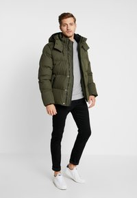 Calvin Klein - MID LENGTH - Zimní bunda - green - 1
