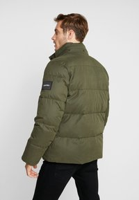 Calvin Klein - MID LENGTH - Zimní bunda - green - 3