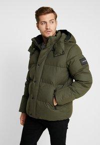Calvin Klein - MID LENGTH - Zimní bunda - green - 0