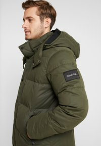 Calvin Klein - MID LENGTH - Zimní bunda - green - 4