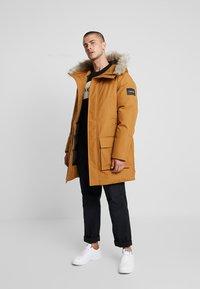Calvin Klein - LONG LENGTH PREMIUM  - Vinterkappa /-rock - gold - 1