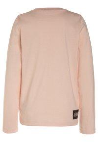 Calvin Klein Jeans - LOGO REGULAR FIT - Camiseta de manga larga - peachy keen - 1