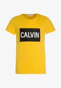 Calvin Klein Jeans - BOX LOGO SLIM FIT TEE - Printtipaita - yellow - 0