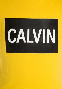 Calvin Klein Jeans - BOX LOGO SLIM FIT TEE - Printtipaita - yellow - 2