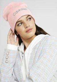 Calvin Klein - CLASSIC BEANIE - Muts - pink - 1