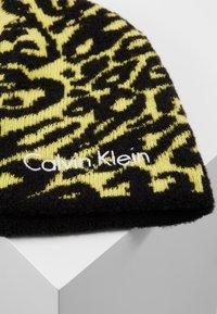 Calvin Klein - PRINTED BEANIE - Czapka - yellow - 4